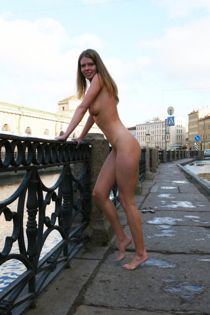 Tall babe Kelly A with perfect body at morning city