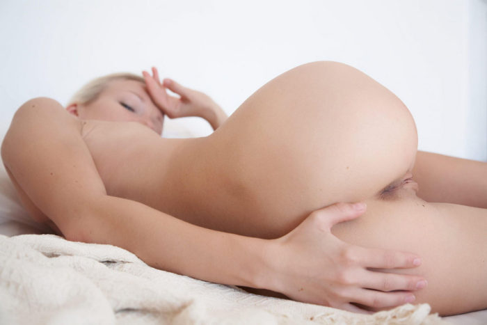 Blonde with hot mole on the labia