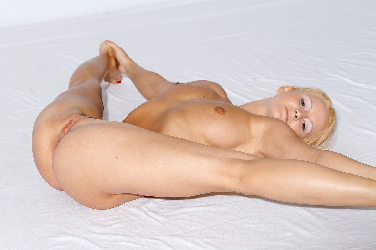 Busty asian beauty masturbate