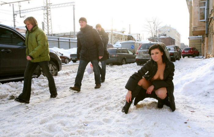 Hor brunette flashes at winter streets