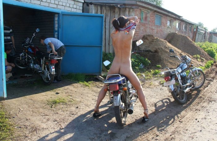 Russian amateur strips at the garages