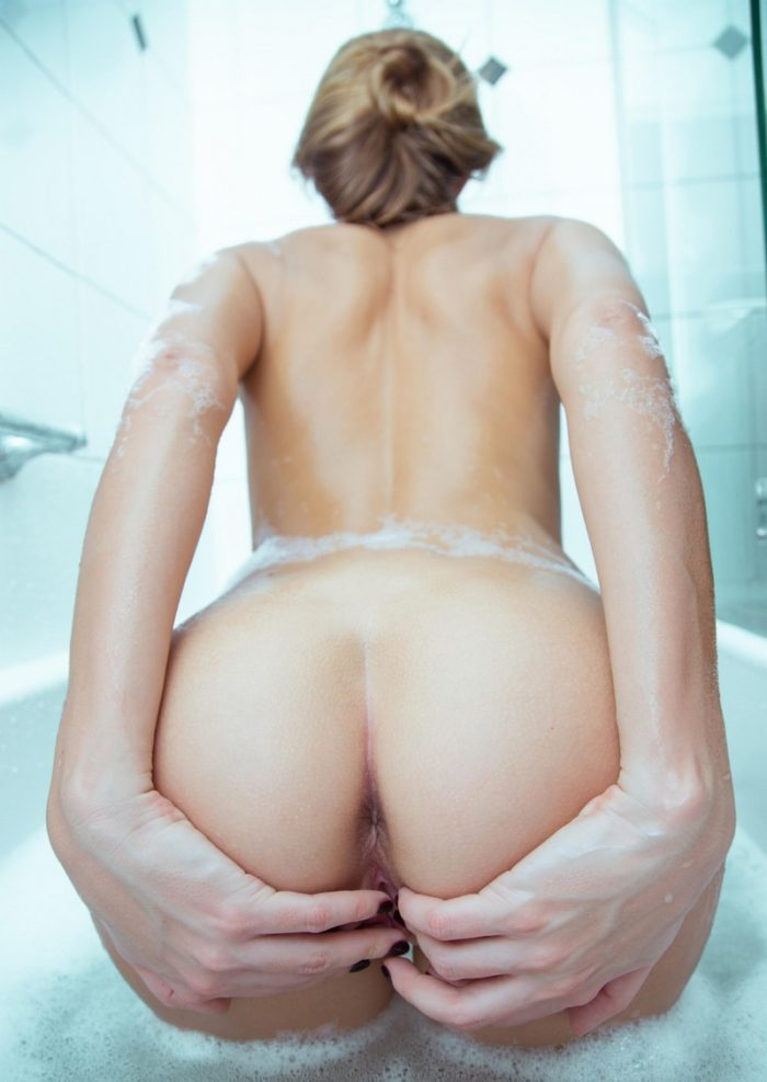 Russian hot girl Mango A demonstrates herself in bath
