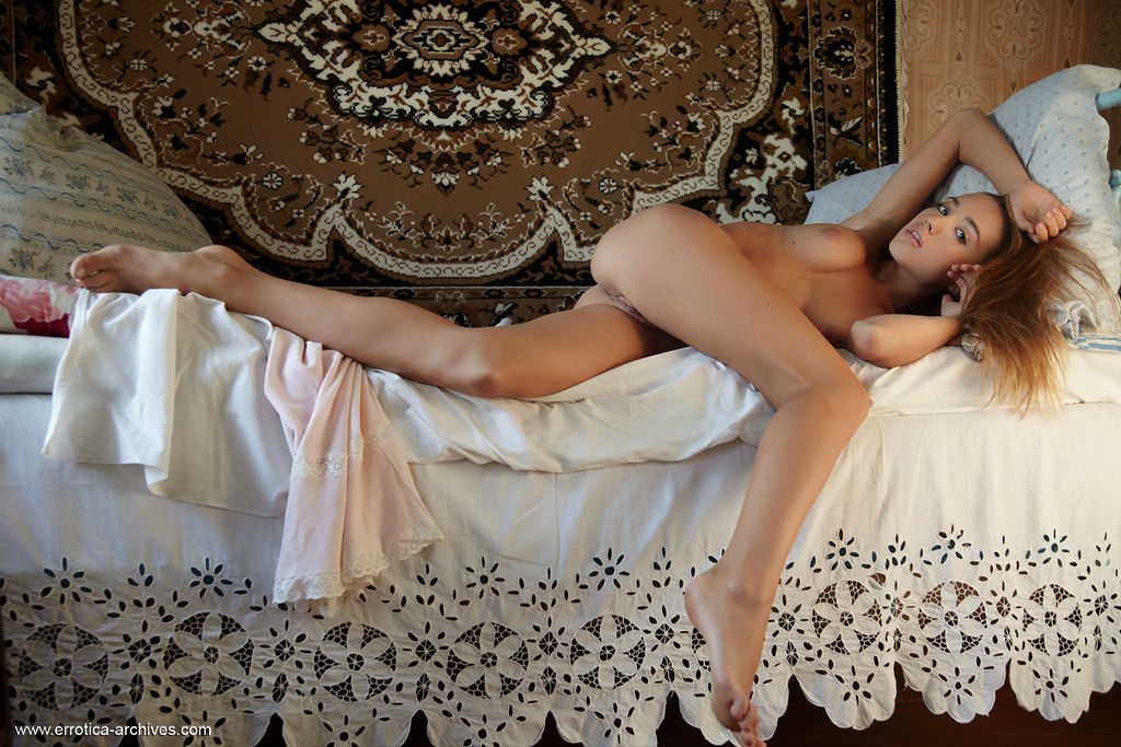Alluring Zara flaunts her delectable pussy on the bed.