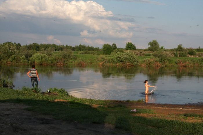 Russian amateur decides to swim in river at public place