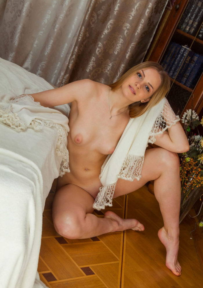 Blonde Leanisa shows her goods at home