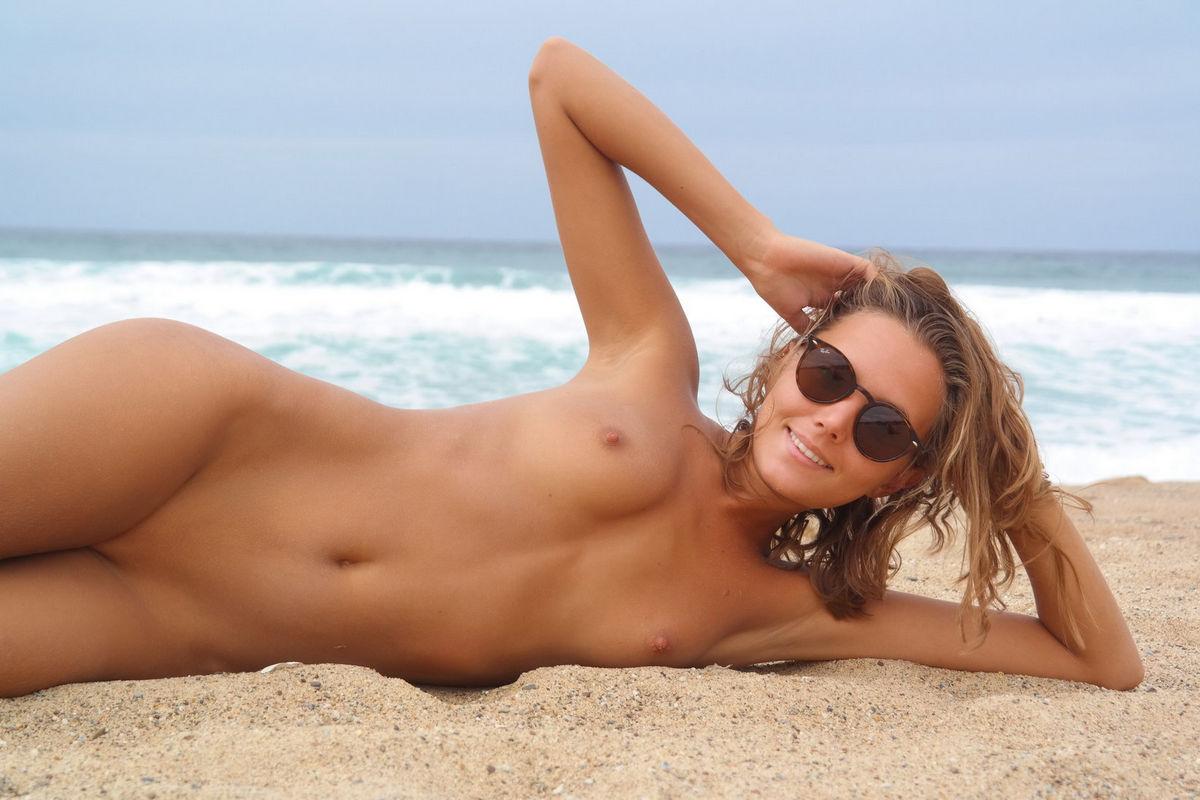 совсем голые на пляже