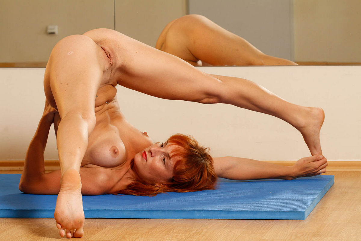 naked-girl-doing-back-bends