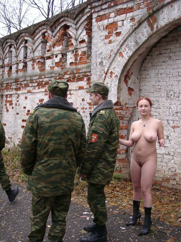 Russian amateur Janna walks naked with soldiers