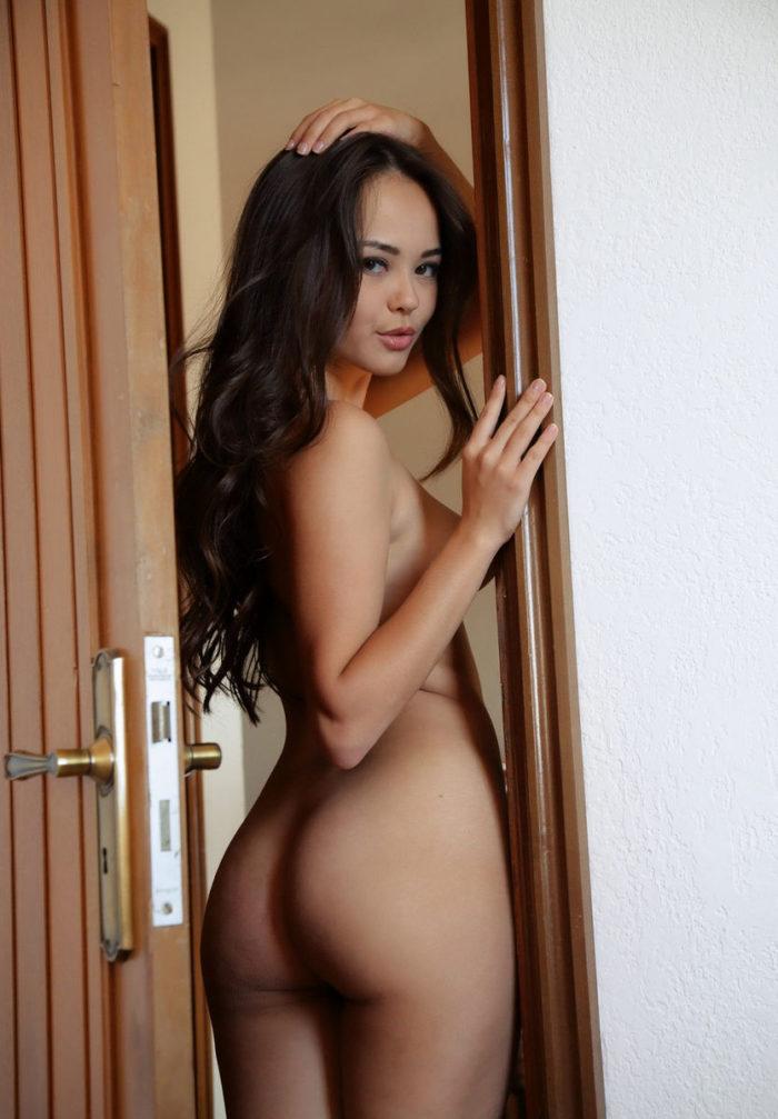 Brunette Li Moon has yummy big pussy