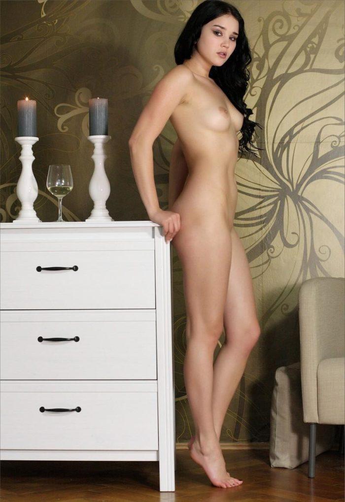Brunette Malena Fendi shows her pussy