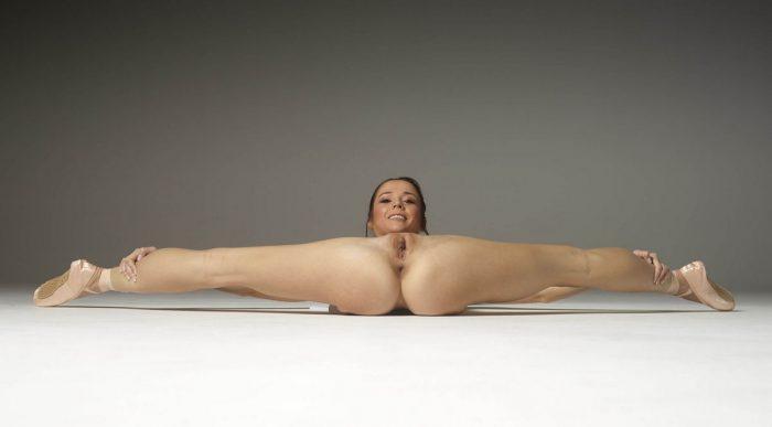 Slender babe Matilda Bae spreads her legs very wide