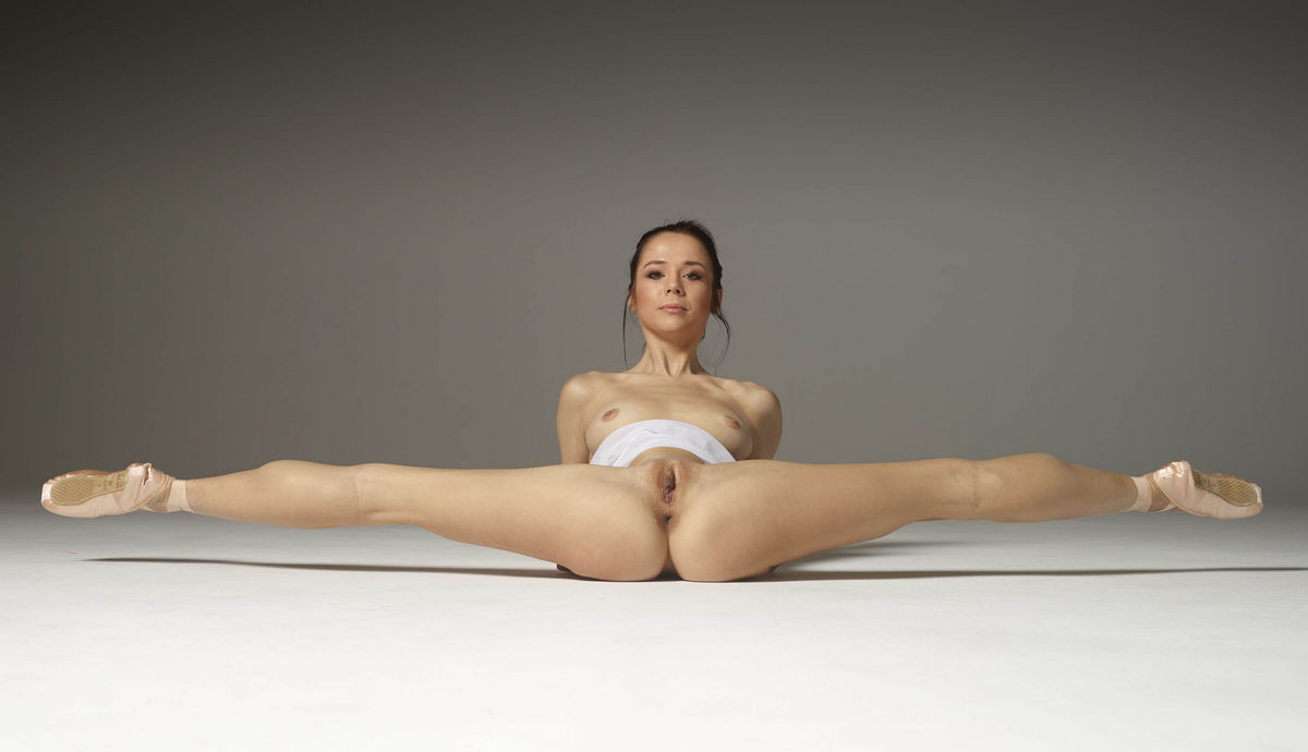Nude flexible women like when you watch their sexy legs