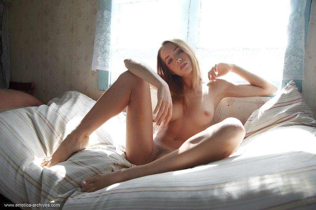Alluring Zara displays her gorgeous body and delectable pussy as she poses on the   bed.