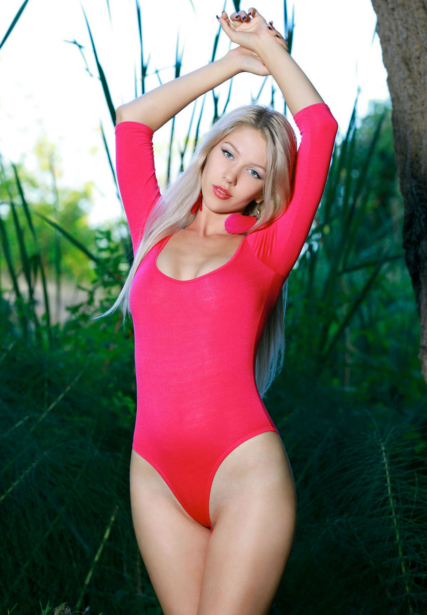 EDITH: Blonde girls undressing