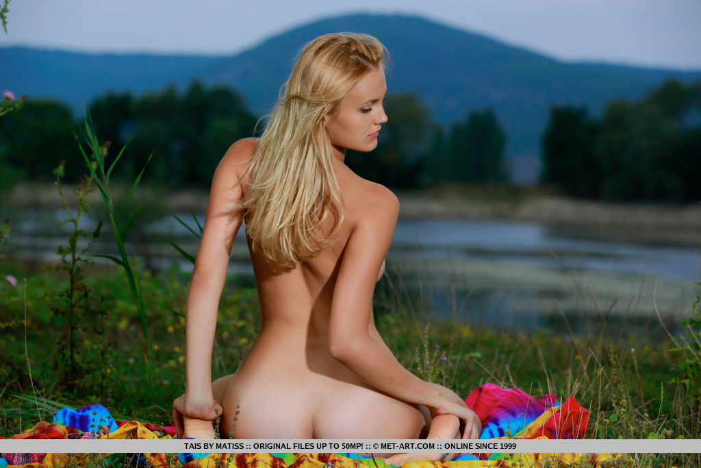 Tais delightfully poses outdoors baring her amazing butt and delectable pussy.