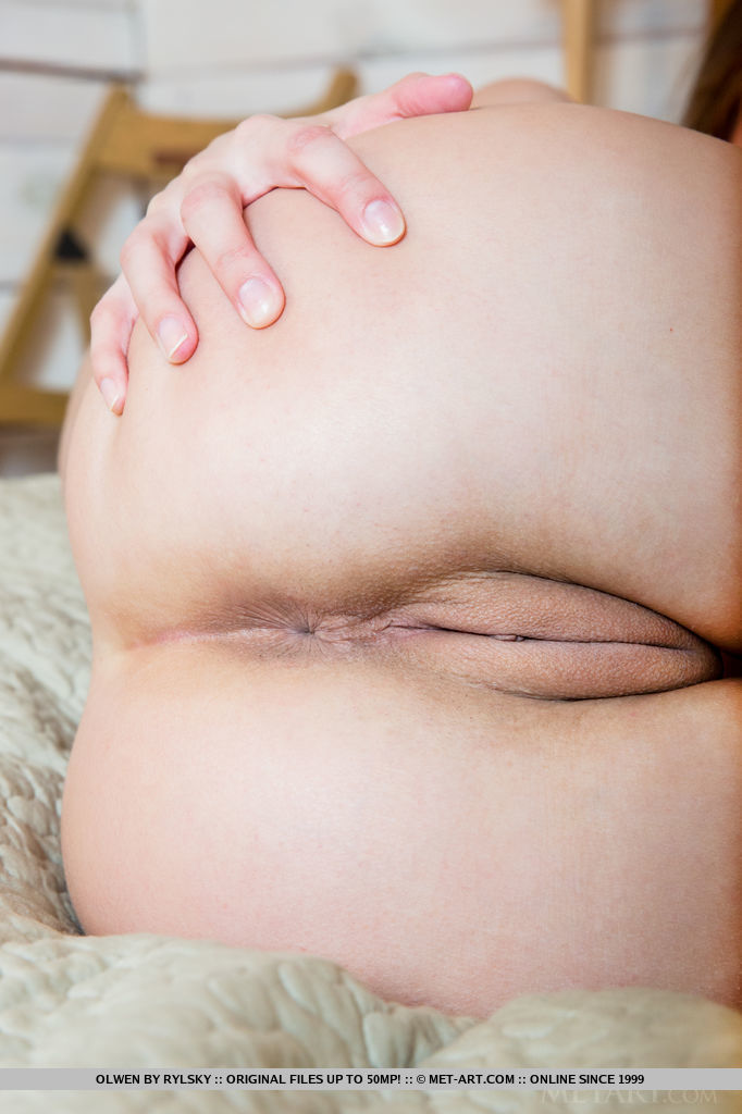 A sweet-smiling Olwen debuts by spreading her legs wide open, showcasing her svelte legs and shaved pussy