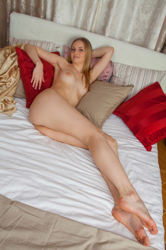Blue-eyed Leanisa performing a spectacular self-masturbation scene in bed