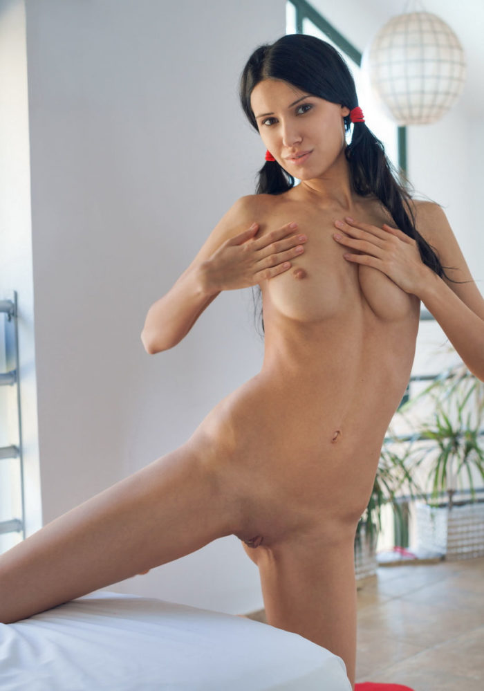 Brunette Alecto shows her amazing sporty body