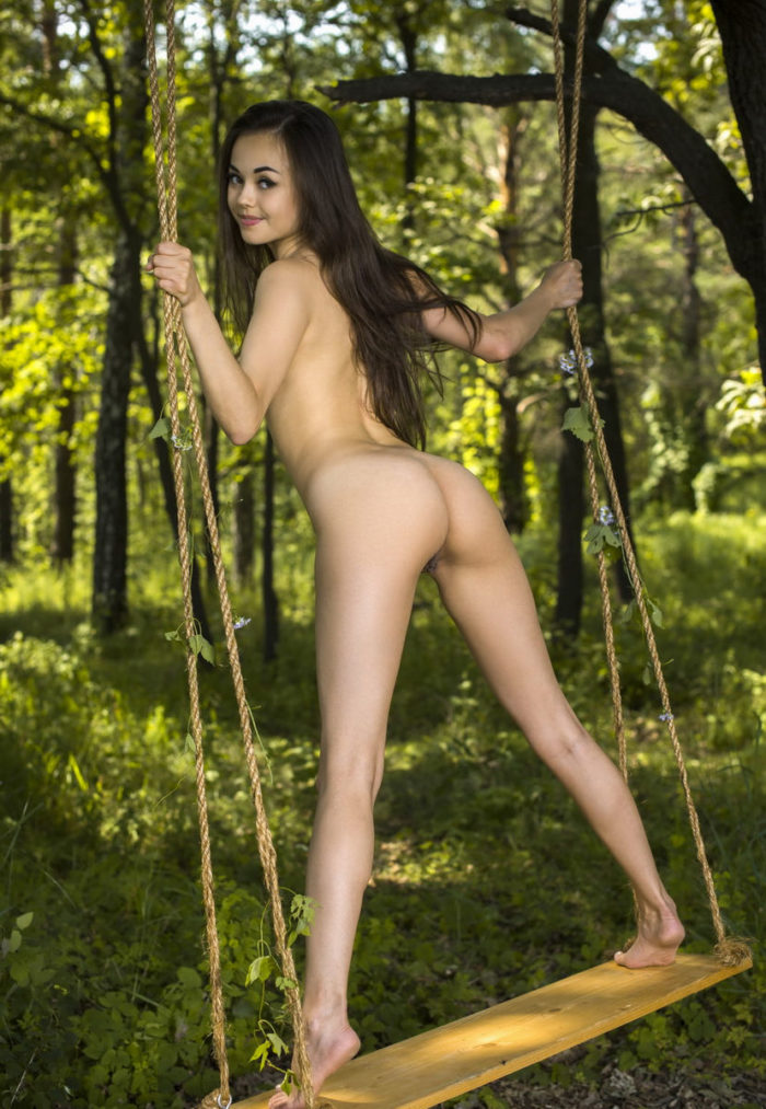 Brunette Li Moon shows her big pussy lips on the swing outdoors
