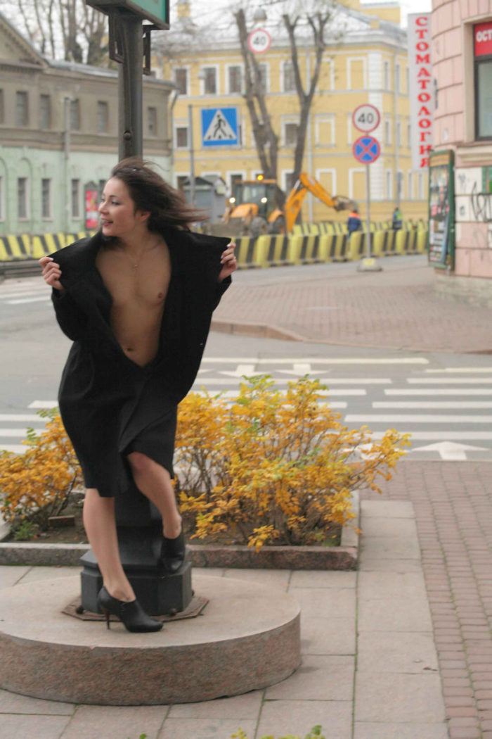 Russian girl Nataly loves to flashes on the streets