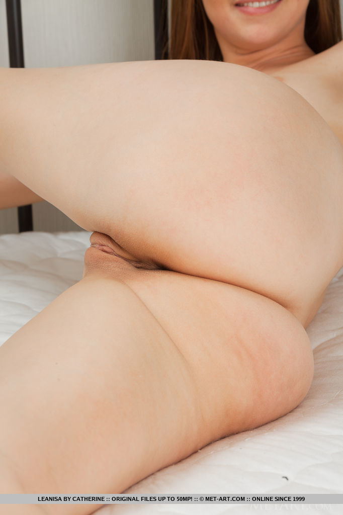 Blue-eyed Leanisa, naked and comfortable oon top of the bed, with legs wide open