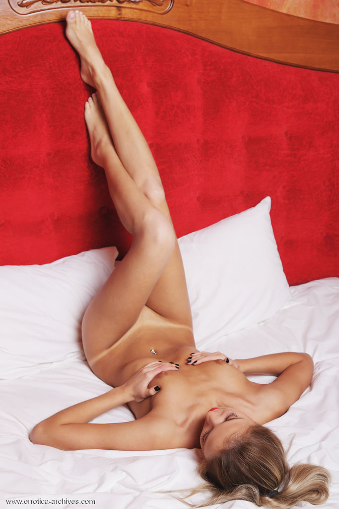 Leonie flaunts her sweet pussy on the bed.