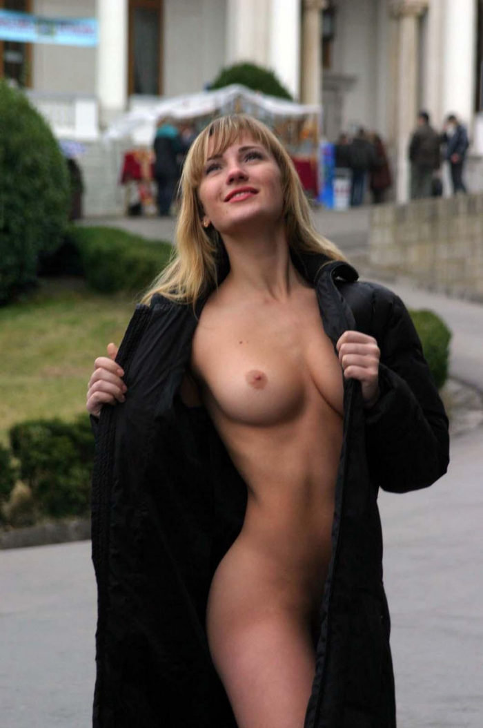 Blonde flashes her great body at touristic place