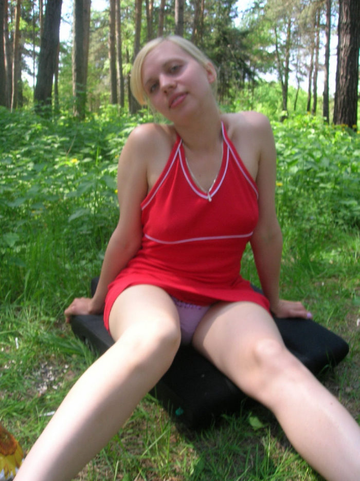 Teen amateur blonde shows her pussy at forest