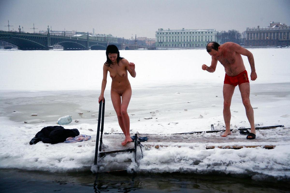 Hundreds Of Australians Mark Winter Solstice With Nude Swim In Derwent River