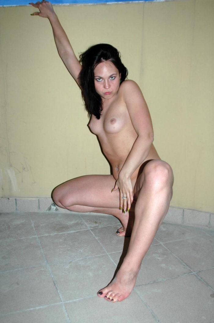 Brunette Lena posing naked at the balcony