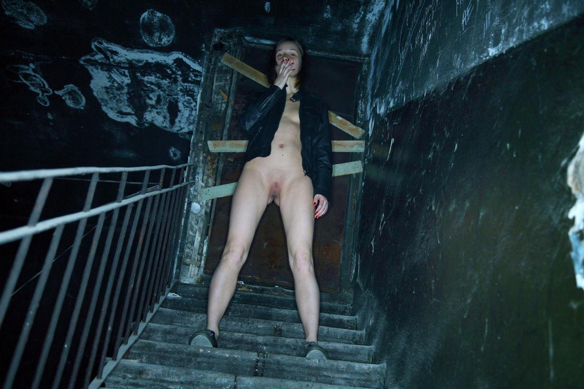 Женщины голые в подъезде видео, искалеченные мужские достоинства смотреть