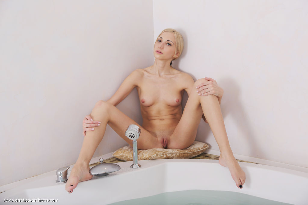 Anna Lee displays her wet nubile body as she poses sensually on the bathtub.