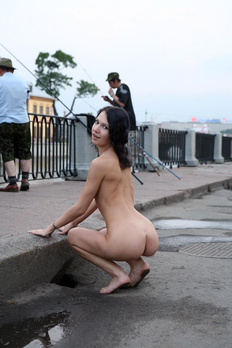 naked-women-walking-next-to-each-other-sexii-mama
