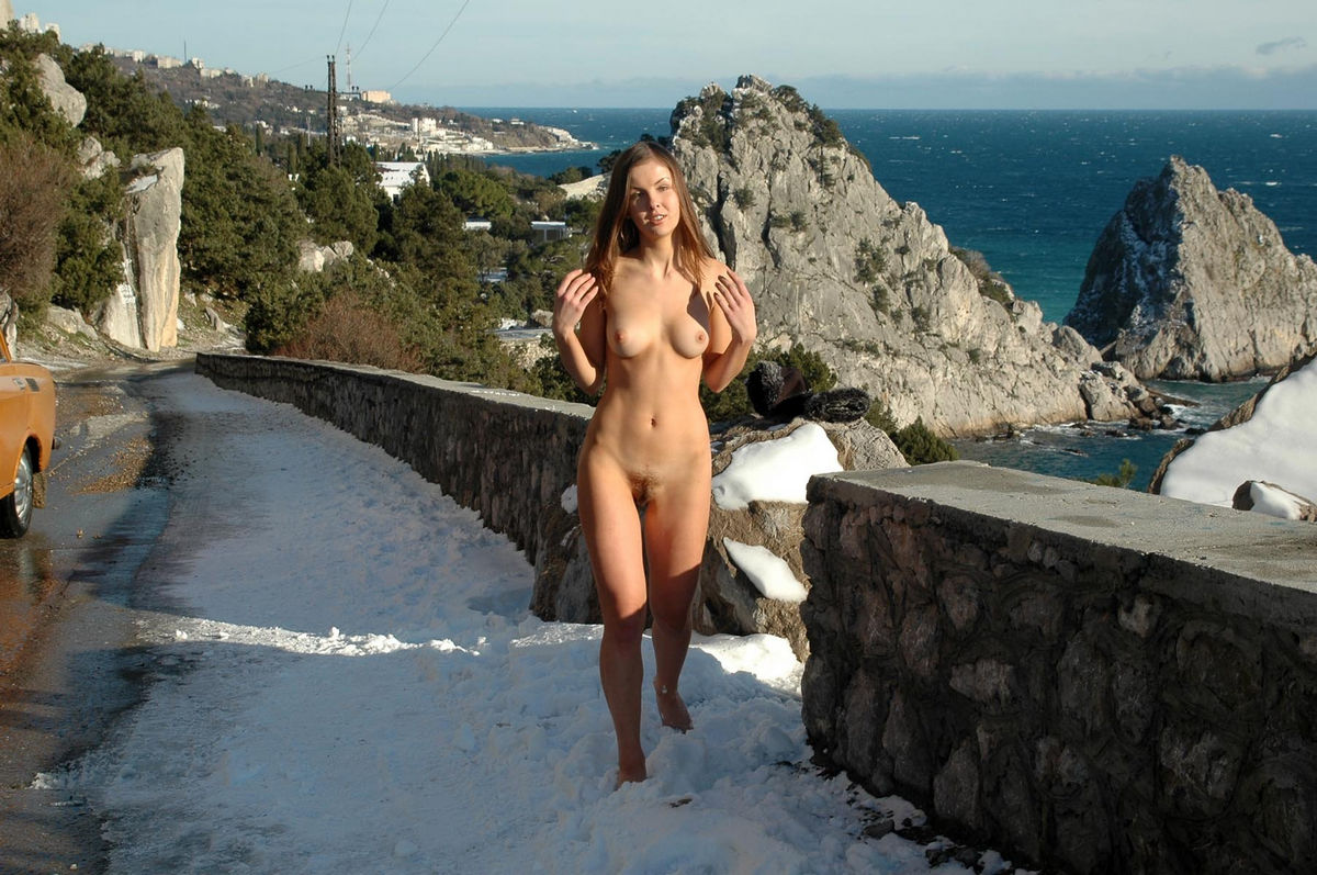 A Female With An Perfect Figure On A Mountain Road -8631