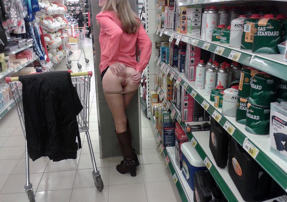 Под юбкой продавщиц магазина