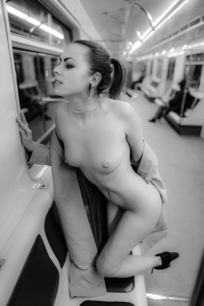 Amateur Girl Flashes Her Naked Body In Moscow Subway -3867