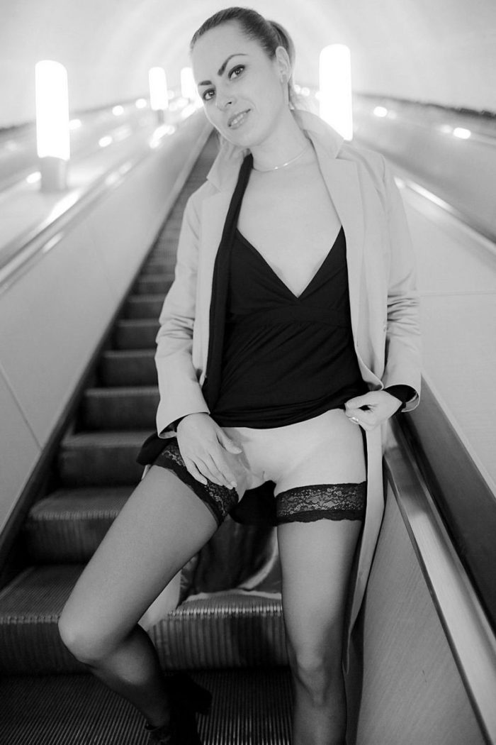 Amateur girl flashes her naked body in Moscow subway
