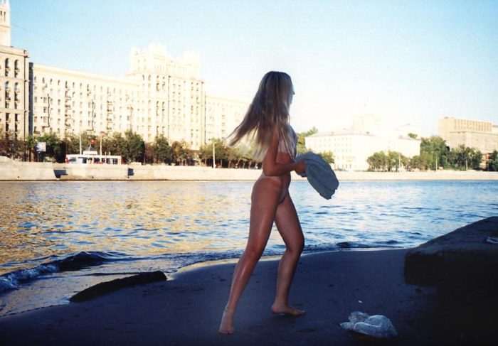 Blonde Elza returns to Moscow after vacation