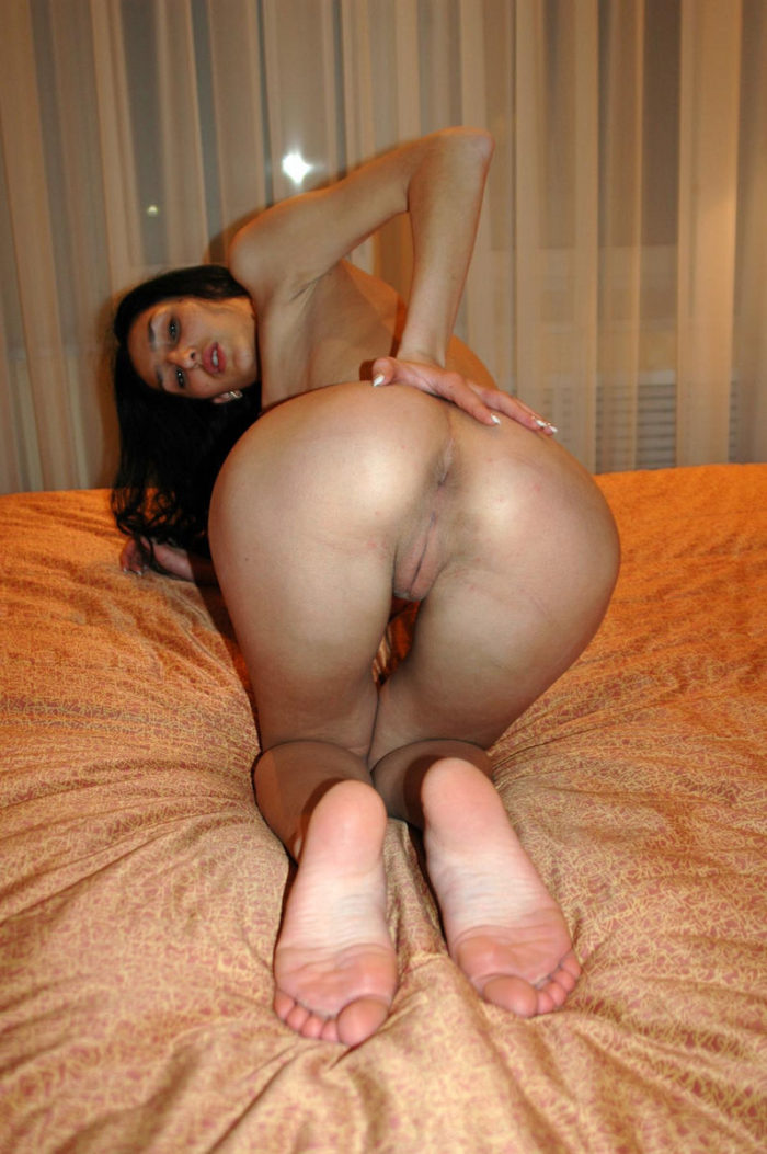 Hot brunette shows her perfect round ass in hotel bed