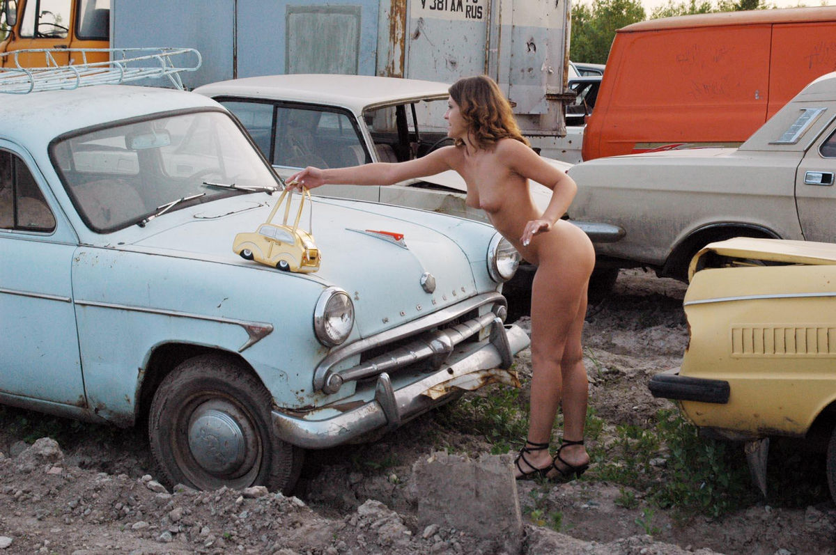 naked-girls-and-classic-cars