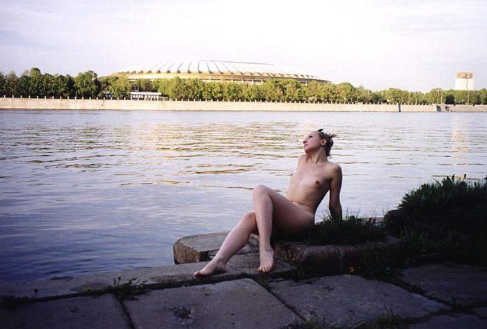 Shameless blonde walks naked at Moscow park