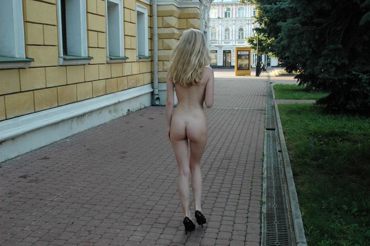 вышла голой на улицу частное видео вагину без