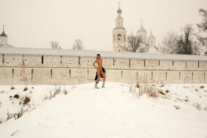 Sporty brunette walks naked during snowstorm