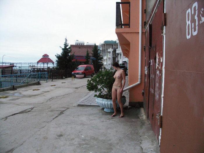 Absolutely nude damsel walks the seashore
