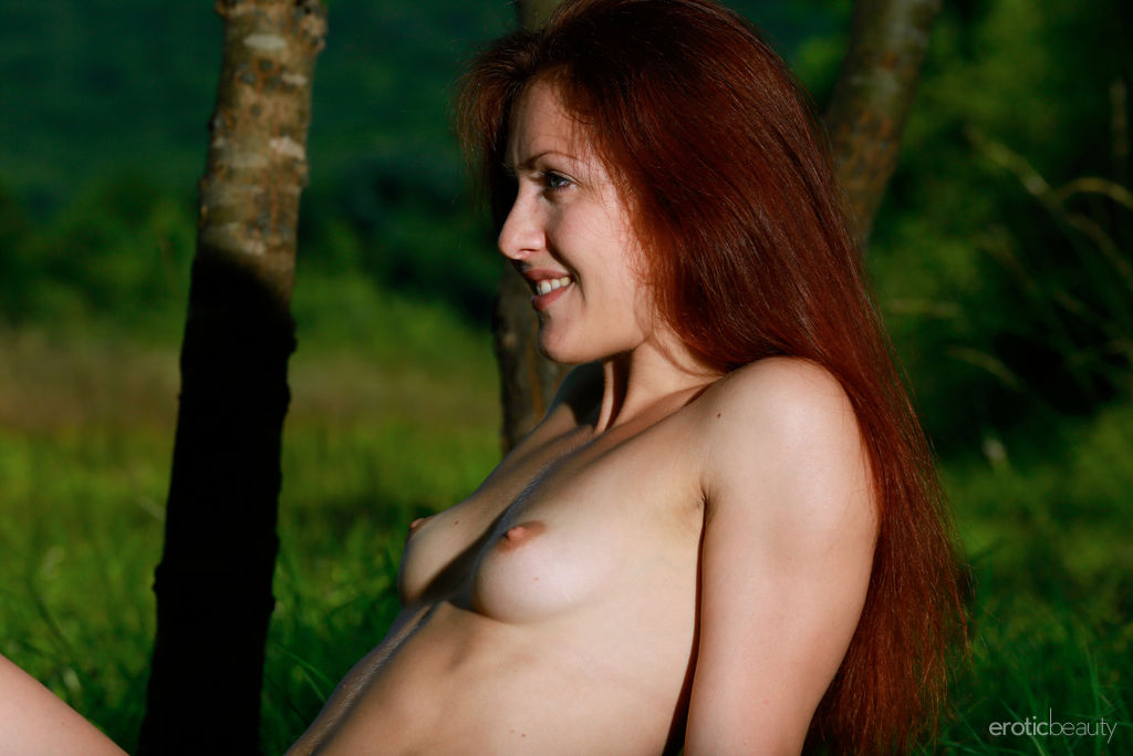 Callista Simon flaunts her tight body and meaty pussy outdoors.