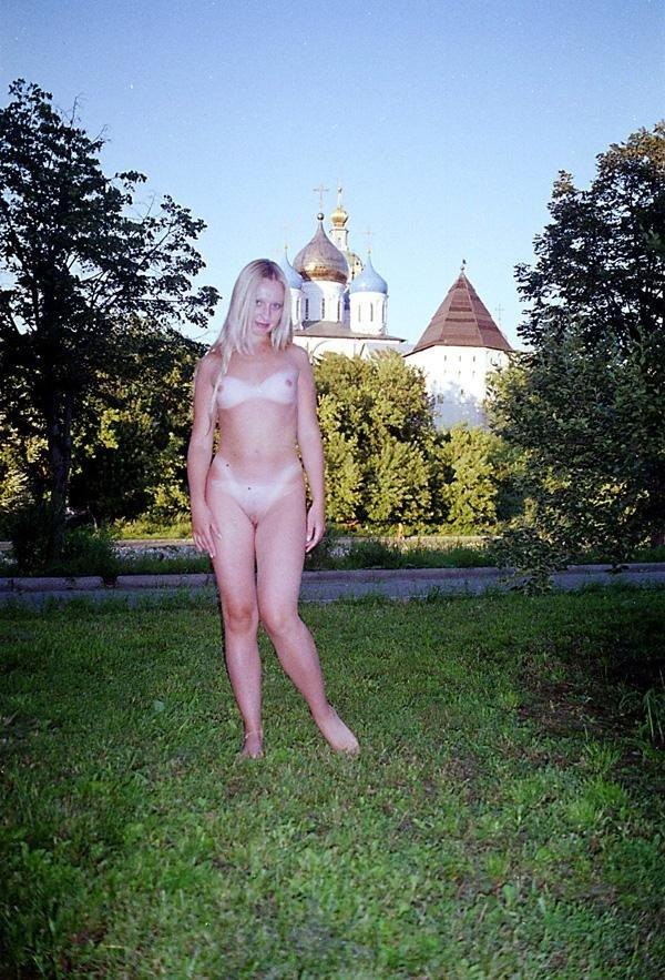 Exhibitionist girl Elza walks nude at parks