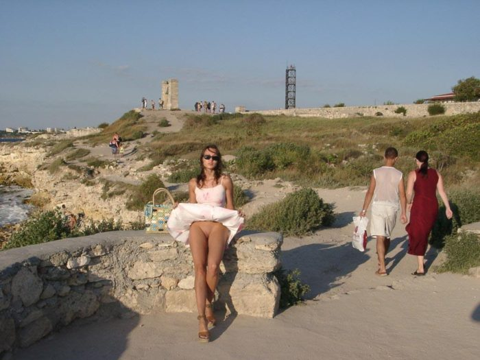 Shameless teen walks nude at tourist place