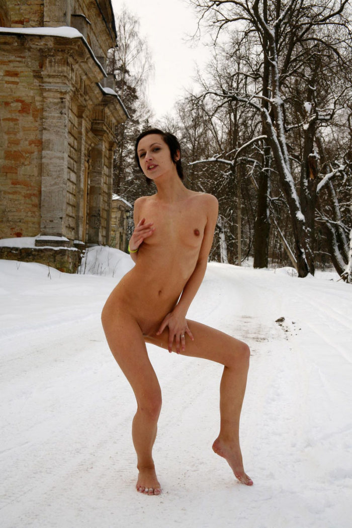 Short-haired brunette shows her snowy pussy