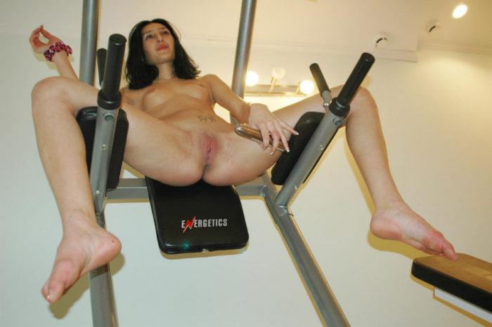 Sporty brunette masturbates width dildo in gym