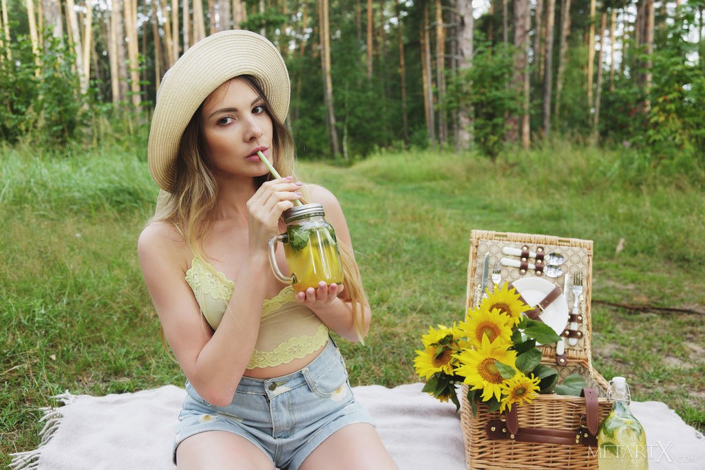 Kira enjoys some freshly-squeezed lemonade before masturbating in the picnic blanket
